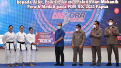 Plt Gubernur Sulsel Serahkan Bonus PON Papua, Atlet: Pemerintah Penuhi Janji